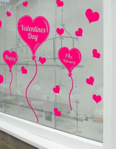 Ideas para decorar en San Valentín: restaurantes y escaparates.